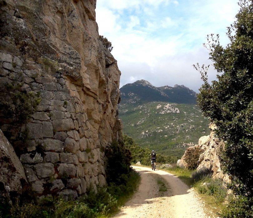 strada tra le rocce