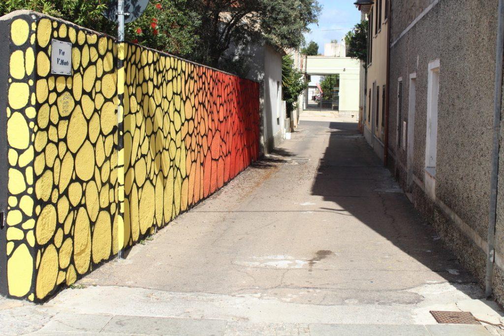 strada con muro a colori